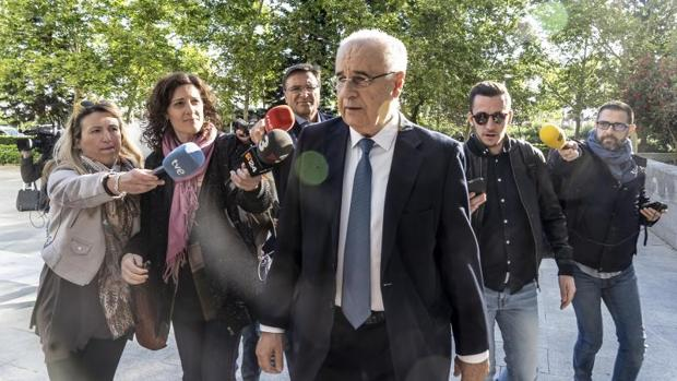 Rafael Blasco en Valencia abordado por periodistas
