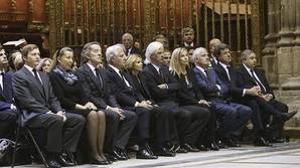 Alfonso Diez y los seis hijos de Cayetana Fitz-James Stuart durante el funeral de la duquesa, en noviembre de 2014