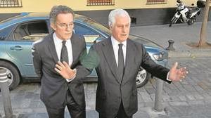 Alfonso Diez y Carlos Fitz-James Stuart, ayer a su llegada a la iglesia en la que se oficiaba el responso