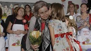 Bufandas, bolsos, libros y bisutería, las compras de Doña Sofía en el Rastrillo