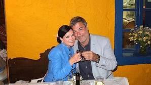 Un cirujano famoso en Italia promete a una periodista americana una boda oficiada por el Papa