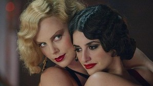 Penélope Cruz ante su gran desición: ¿Quién besa mejor, Scarlett Johansson o Charlize Theron?