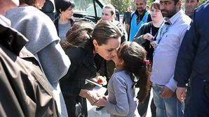 Angelina Jolie con los refugiados en Grecia: recibida como una estrella de Hollywood