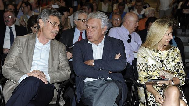 Hugo Sigman, Felipe González y Mar García-Vaquero en un acto celebrado en 2015