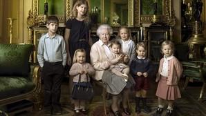 El bolso de Isabel II,curioso protagonista de la foto de su 90 aniversario