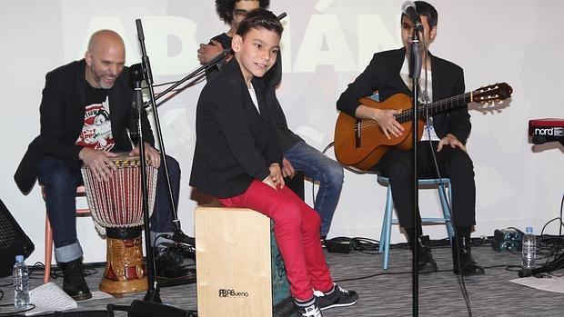 Adrián, sobre el cajón, en compañía de sus músicos