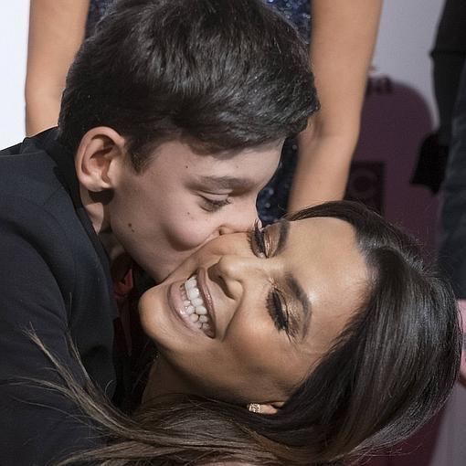 Adrián besa a Eva Longoria en la gala Global Gift de Madrid