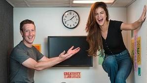 Selena Gómez y Mark Zuckerberg en la oficina más pequeña de Facebook