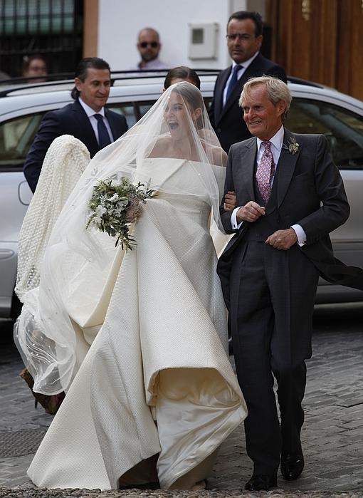 La novia y el padrino tras bajar del coche