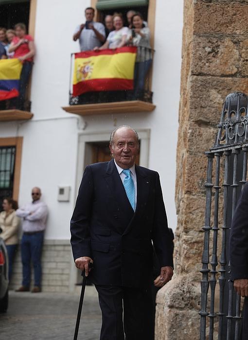 El Rey Don Juan Carlos, aclamado por los vecinos