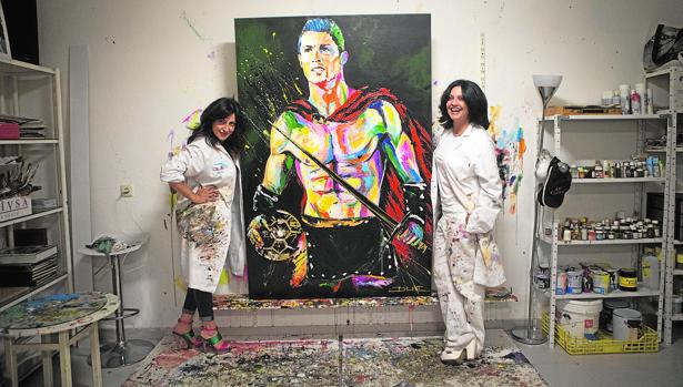 Marta y Mónica junto a su última obra: Cristiano ''Gladiador''