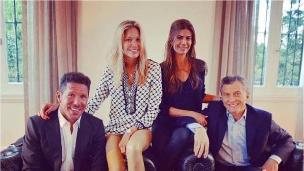 Simeone y Carla Pereyra junto a Juliana Awada y el presidente argentino Mauricio Macri