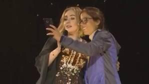 Adele eructa en mitad del Festival de Glastonbury