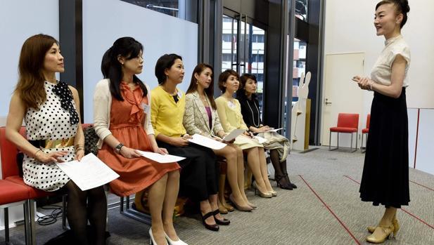 Madame Yumiko en su academia, adscrita a la Asociación Japonesa de Tacones Altos