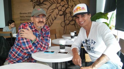 El mayor de los hijos varones de Julio Iglesias, con un amigo en un café de Miami Beach