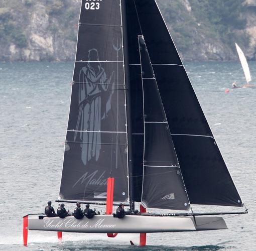El «Malizia», a los mandos de Casiraghi, navega sobre el «foil»