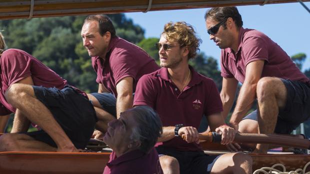 Pierre es también el patrón del barco de época «Tuiga», en la imagen llevando la caña