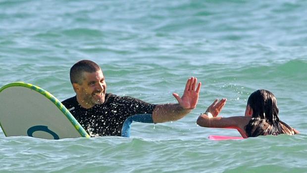 Toño practica con surf con sus hijos durante sus días de vacaciones