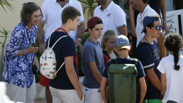 La Reina Doña Sofía junto a sus nietos a su llegada a la escuela de Calanova