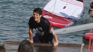 Felipe de Marichalar, lanzado al agua por sus compañeros de la Escuela de Vela de Calanova