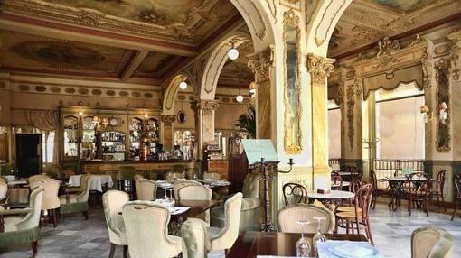 Salón del espectacular Café Royalty, en la ciudad de Cádiz.
