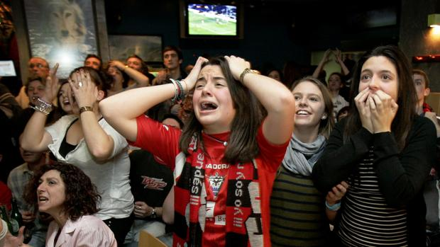 Un grupo de aficionados sigue un partido de Segunda División A, en un bar, la pasada temporada.