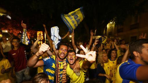 Aficionados celebran el gol del ascenso al Cádiz en Alicante, en Mina Five, el 26 de junio
