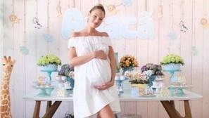 Candice Swanepoel celebra la llegada de su bebé con un «salvaje» baby shower