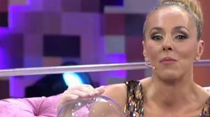 Rocío Carrasco rompe a llorar tras recibir la «Barbie novia» Rocío Jurado