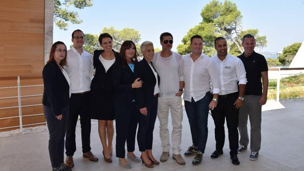 El actor posó con el personal del hotel donde se hospedó en Croacia