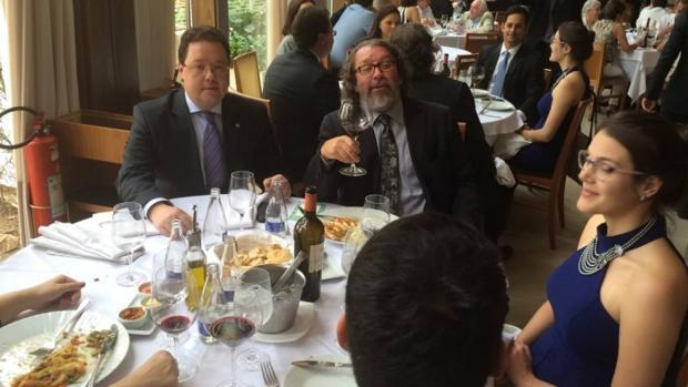 Su propietario, el abogado Carlos de Almeida Castro, brinda en la última cena del local