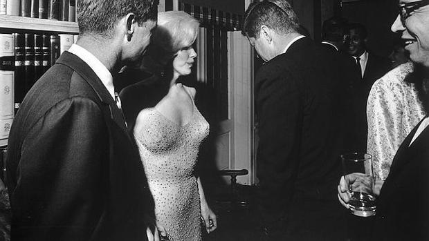 Marilyn Monroe, acompañada de Robert Kennedy y John F. Kennedy