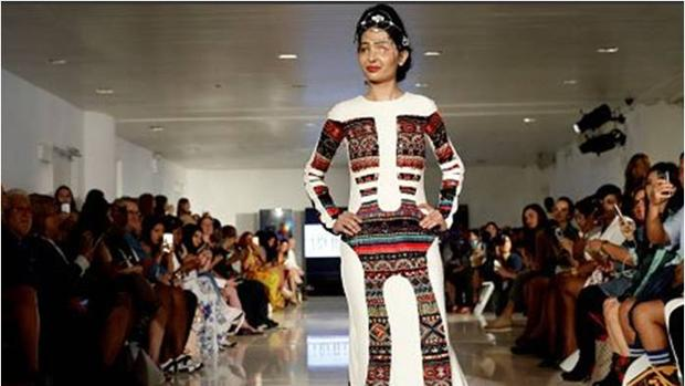 Reshma Qureshi desfilando en la Fashion Week de Nueva York