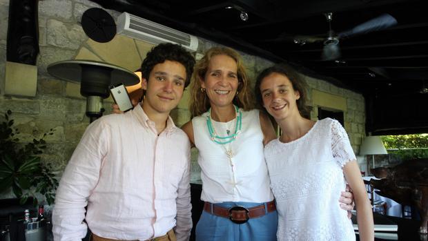 Felipe de Marichalar con su madre, Doña Elena, y su hermana, Victoria Federica, este verano en Oyarzun (Guipúzcoa)