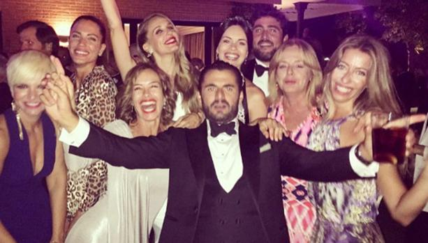 Emiliano Suárez y Carola Baleztena con amigos y familia