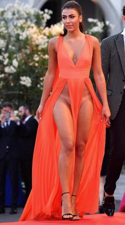 La actriz italiana Giulia Salemi tuvo una aparición desafortunada en Venecia: ni disimuló las marcas del biquini ni se depiló
