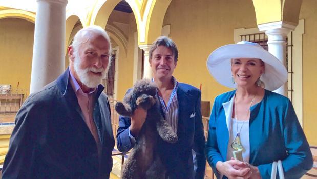 El aristócrata José Antonio Ruiz Berdejo posa con su caniche en brazos y con los Príncipes Miguel y María Cristina de Kent