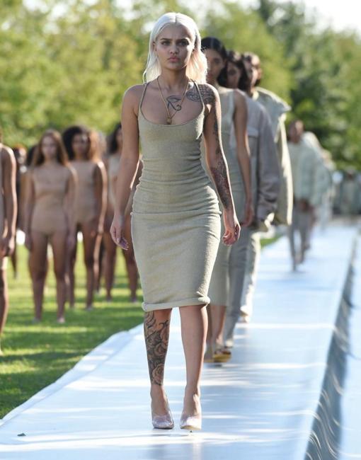 Modelos durante el desfile Yeezy Season 4, de Kanye West, en la isla de Roosevelt, en Nueva York