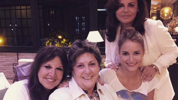 Instagram:  Alba Carrillo busca consuelo en tres «amigas» de lo más conocidas