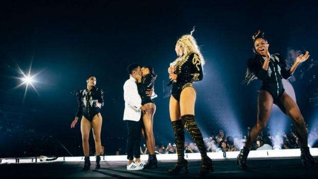 Youtube:  Dos bailarines de Beyoncé se comprometen en pleno concierto