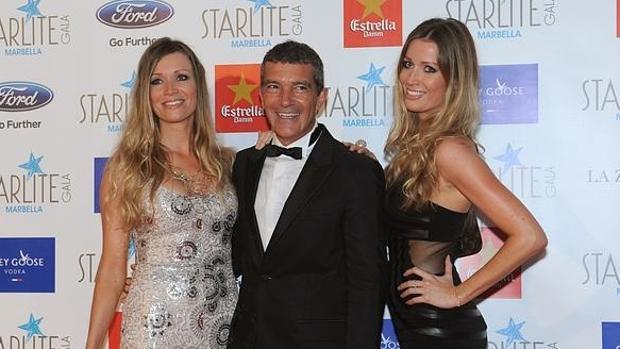 Así posaba Antonio Banderas junto a las dos gemelas en la gala Startlite en 2015