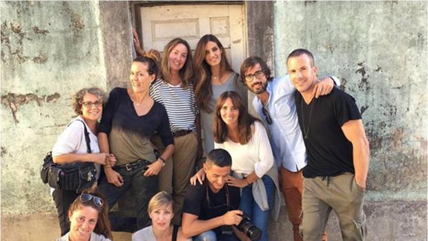 Sara Carbonero con su equipo de trabajo en Oporto