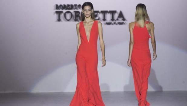 Vestido de amplio escote en rojo chile