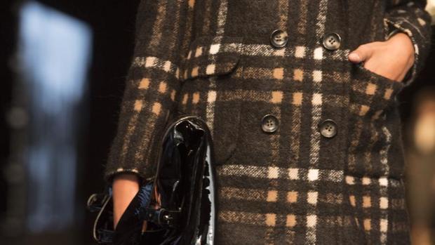 Detalle del abrigo en tweed