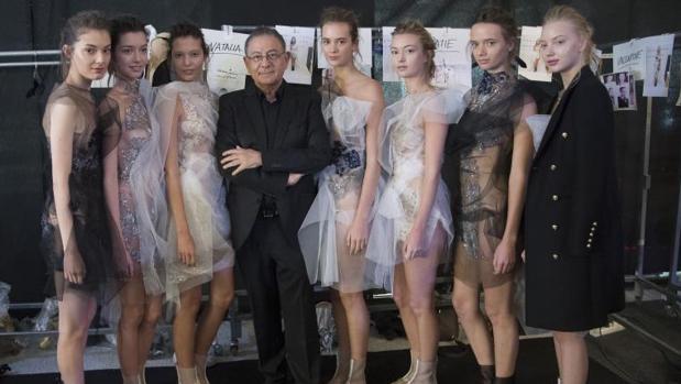 Roberto Verino junto a las modelos momentos antes del desfile