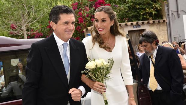 Jaume Matas lleva al altar a su hija en una iglesia de Mallorca