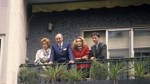 Revilla, junto a su esposa, su hija Margarita y su yerno Jesús Álvarez, en 1988.