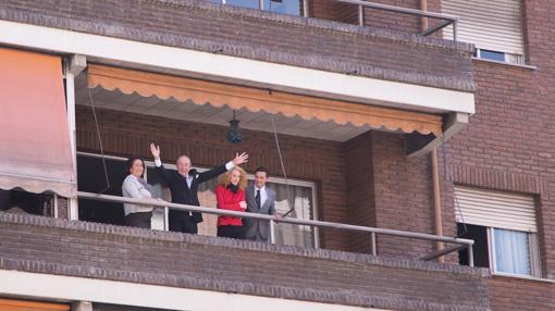 Recreación cinematográfica del momento en que Revilla saluda desde su balcón