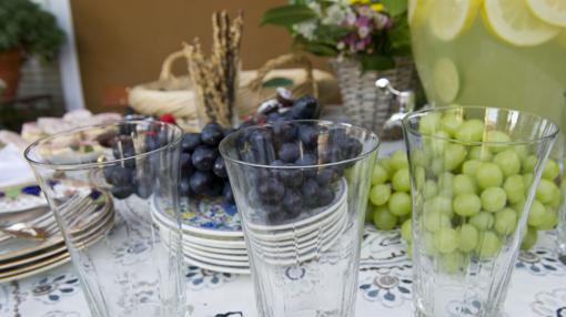 Mesa con frutas y limonada