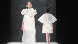 Devota & Lomba Modesto Lomba presentó preciosos vestidos con delicadas faldas de gran vuelo. Dominó el blanco roto y, también, el azul azafata